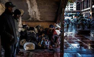 Des dizaines de mineurs isolés, pour la plupart venus d'Afrique, sont arrivés à Lyon et dorment dans la rue en attendant d'être pris en charge. JEFF PACHOUD