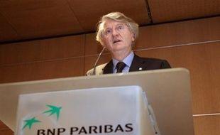 """BNP Paribas ne devrait pas s'aventurer à lancer une offre sur la Société Générale tant que les conséquences de la """"fraude"""" sur la situation de sa concurrente ne seront pas claires, même si elle paraît plus forte que jamais après l'annonce d'un bénéfice de 7,8 milliards en 2007."""