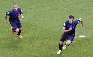 Robin van Persie et Wesley Sneijder lors du match entre les Pays-Bas et l'Espagne le 13 juin 2014.