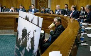Des législateurs américains montrent des photos d'armes confisquées sur un bateau traversant le canal de Panamá, pendant les débats sur la politique d'ouverture envers l'île impulsée par le président Barack Obama, le 3 février 2015 à Washington