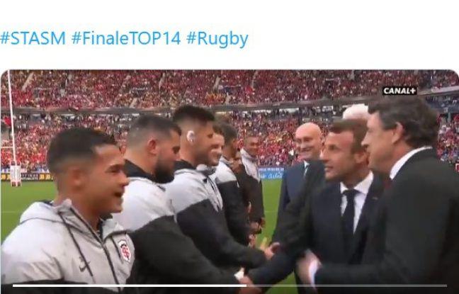 Emmanuel Macron qui s'apprête à serrer la main à Clément Castets.
