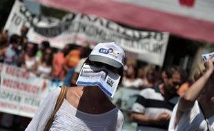 Les téléspectateurs grecs attendent toujours la suite de la saga de la radiotélévision publique ERT fermée en juin: la nouvelle entité n'émettra pas avant 2014, un ersatz de chaîne nationale occupe le vide et l'occupation du siège de l'ERT tourne au casse-tête politique.