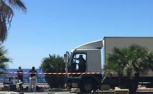 Le camion examiné par les enquêteurs au lendemain de l'attentat de Nice qui a fait 86 morts sur la promenade des Anglais.