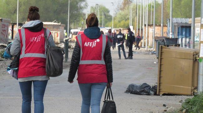 Membres de l'association Afeji dans le camp de Grande-Synthe, après l'incendie qui a ravagé les trois quarts des cabanons – O. Aballain / 20 Minutes