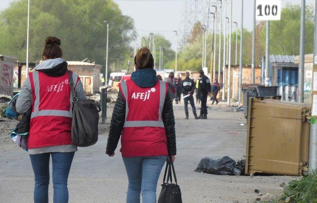 Membres de l'association Afeji dans le camp de Grande-Synthe, après l'incendie qui a ravagé les trois quarts des cabanons - O. Aballain / 20 Minutes