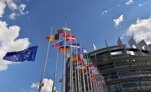 Des drapeaux de l'Union européenne et des pays membres devant le siège du parlement européen à Strasbourg, en 2014