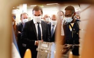 Le ministre de la Santé, Olivier Véran lors d'un déplacement à la Poste le 29 juillet 2020.