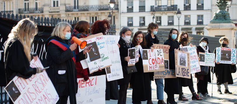 L'action des militantes féministes devant le Panthéon
