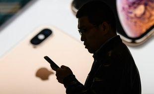 Un homme utilise son iPhone (image d'illustration).