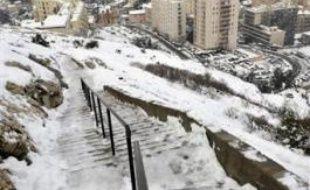 Marseille et sa région sont restées largement paralysées jeudi au lendemain de chutes de neige exceptionnelles qui ont désorganisé la vie courante jusqu'à la polémique, le reste du pays retrouvant une situation normale malgré un froid glacial annoncé jusqu'à dimanche.
