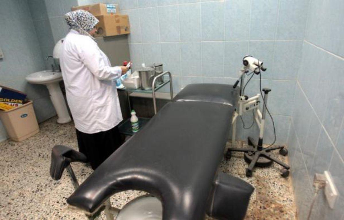 Dans une petite salle sans fenêtre, des médecins de l'Institut médico-légal (IML) de Bagdad réalisent tous les jours des tests de virginité sur décision judiciaire, une pratique vivement dénoncée par les organisations de défense des droits de l'Homme. – Ali al-Saadi afp.com