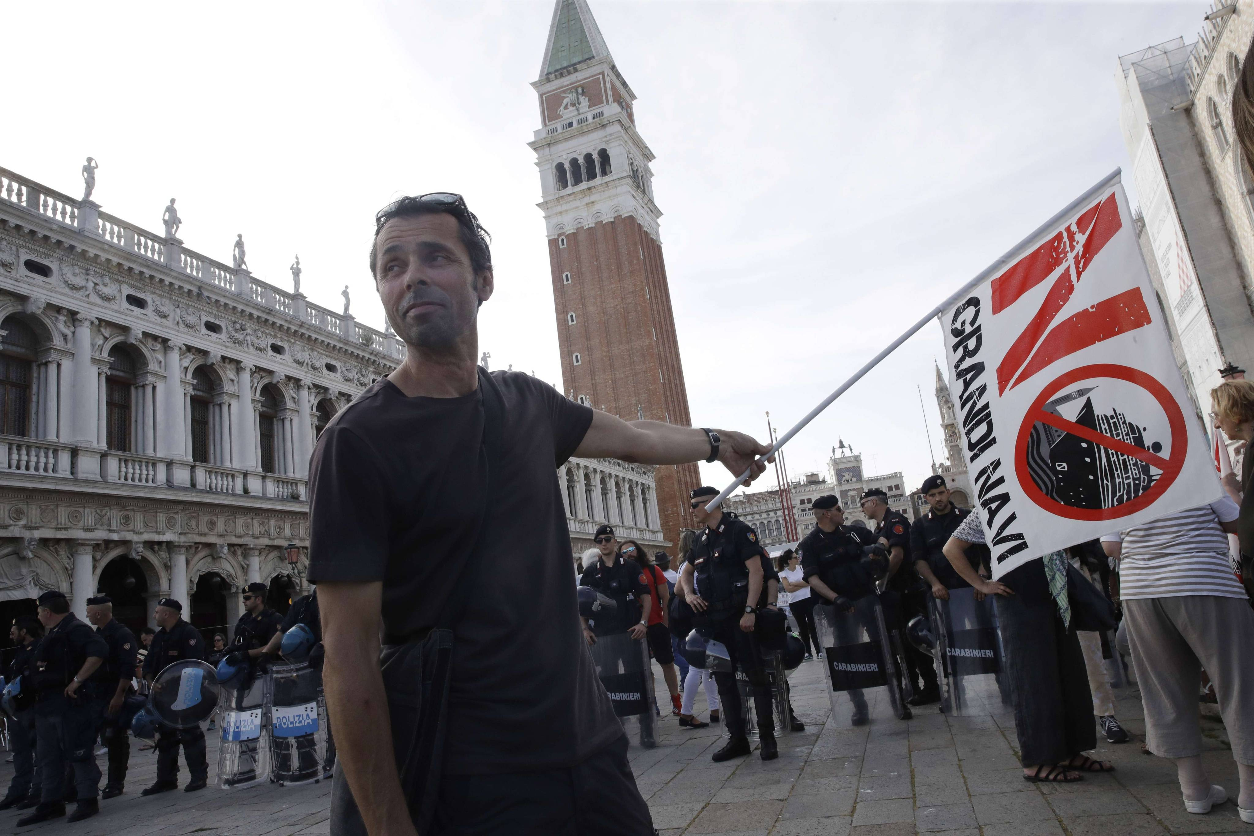 A Venise, les habitants ne veulent plus des bateaux de croisière et l'ont vivement manifesté.