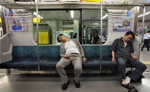 Au Japon, il est courant de dormir dans les transports en commun.