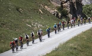 Le peloton traverse les Alpes