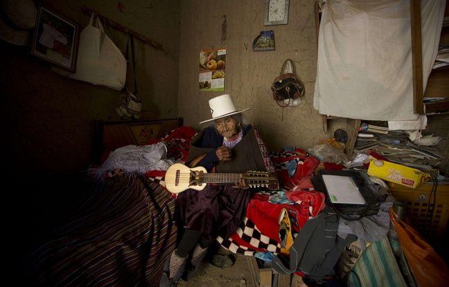 Julia Flores Colque tenant sa guitare andine.