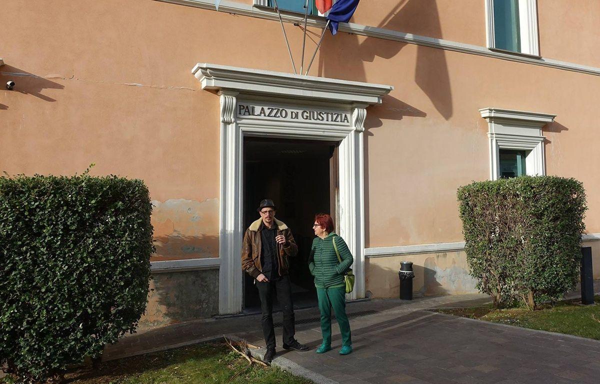 Félix Croft et une militante devant le palais de justice d'Imperia – T. Maffeis
