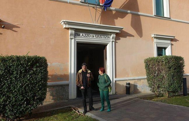 Félix Croft et une militante devant le palais de justice d'Imperia