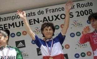 Jeannie Longo, 49 ans, a une nouvelle fois donné la leçon à ses adversaires en devenant championne de France de cyclisme pour la 54e fois de sa carrière, samedi à Semur-en-Auxois dans l'épreuve de la course en ligne, qu'elle remporte pour la vingtième fois.