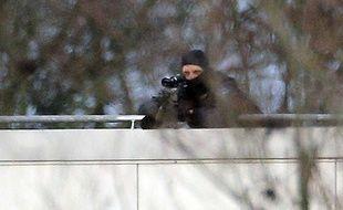 Un tireur d'élite de la gendarmerie en place sur un toit de la zone industrielle de Dammartin-en-Goële
