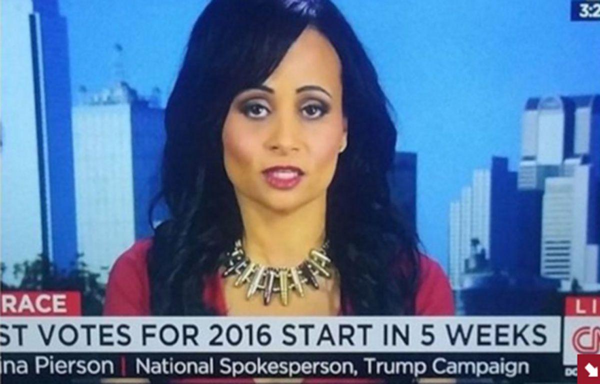 Katrina Pierson, porte-parole de Donald Trump, candidat républicain à la présidentielle américaine, portait un collier qui n'est pas passé inaperçu lors de son dernier passage sur CNN lundi dernier. – Capture d'écran / CNN