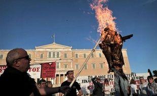 Le parlement grec a adopté dimanche soir une loi sur de nouvelles mesures de rigueur réclamées par la troïka (UE-BCE-FMI) comprenant surtout la restructuration du secteur public et le renvoi de 15.000 fonctionnaires.