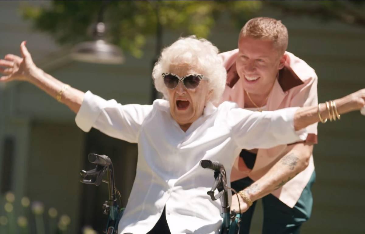 VIDÉO: Macklemore sort un nouveau clip avec sa grand-mère de 100 ans et émeut ses fans – Capture Youtube Macklemore LLC