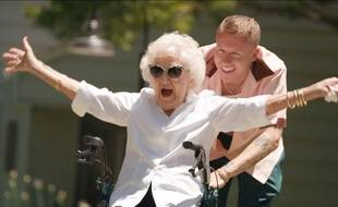 VIDÉO: Macklemore sort un nouveau clip avec sa grand-mère de 100 ans et émeut ses fans