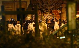 Policiers et experts le 14 novembre 2015 près du Bataclan à Paris