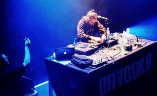 Le DJ Saligo scratche à la Cigale, à Paris.