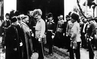 """A la veille de la Première Guerre mondiale, l'Europe est au sommet de sa puissance. Toutes les conditions sont pourtant réunies pour que le continent bascule dans l'une des plus grandes tragédies de l'Histoire, que certains contemporains qualifieront de """"suicide collectif""""."""