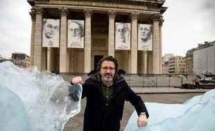 """L'artiste islando-danois Olafur Eliasson pose le 3 décembre 2015 près de son installation """"Ice Watch"""" faite avec des éléments de la calotte glaciaire du Groenland devant le Panthéon à Paris"""