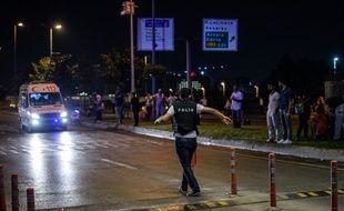 Des secours et la police à l'aéroport d'Istanbul après le triple attentat qui a fait au moins 28 morts et plus de soixante blessés, le 28 juin 2016
