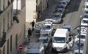 Les forces de l'ordre se déploient dans la rue Bichat à Paris (10e).