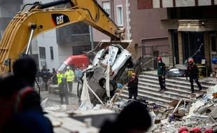 Des secouristes turcs cherchent d'éventuels survivants dans les décombres d'un immeuble de huit étages qui s'est effondré mercredi à Istanbul.