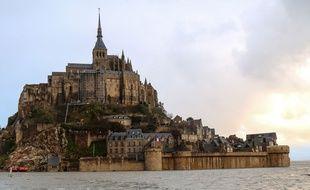 Le mont Saint-Michel entouré par les eaux le 21 février 2015.