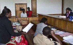 Deux Ougandais comparaissent devant un tribunal de Kampala, le 7 mai 2014, accusés d'avoir eu des relations homosexuelles
