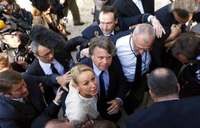Gilbert Collard, élu à l'Assemblée nationale avec le soutien du Front national, a déclaré mercredi, en arrivant au Palais Bourbon aux côtés de Marion Maréchal-Le Pen, l'autre députée du FN, qu'il n'adhérerait pas à ce parti, tout en proclamant sa fidélité à Marine Le Pen.
