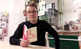 Geoffrey Le Guilcher, journaliste, s'est infiltré 40 jours dans un abattoir industriel en Bretagne. Il relate cette expérience dans Steak Machine, livre paru ce jeudi 2 février 2016.