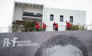 Des membres de Reporters sans frontières lors d'une mobilisation à Paris pour le journaliste algérien emprisonné Khaled Drareni