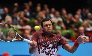 Le N.1 français Jo-Wilfried Tsonga a été éliminé, au deuxième tour du tournoi de Valence, par l'Américain Sam Querrey 7-6 (7/5), 6-2, un revers qui n'hypothèque cependant pas ses chances de se qualifier pour le Masters.