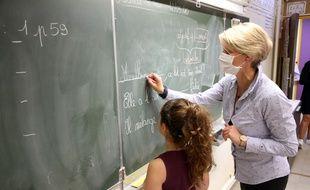 Une élève et son enseignante le 12 mai 2020 dans le village des Matelles.