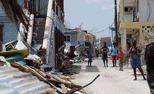 Des sinistrés de l'ouragan Irma à Saint-Martin, le 12 septembre 2017.