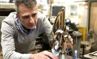 Paul Macheret et le trophée du Vendée Globe.
