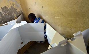 Un homme dans un bureau de vote à Port-au-Prince en Haïti, le 9 août 2015