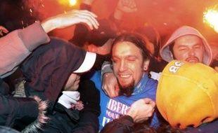 Le supporteur de l'Olympique de Marseille Santos Mirasierra, libéré sous caution après avoir été condamné en Espagne à trois ans et demi de prison, a été accueilli dans la nuit de mercredi à jeudi à l'aéroport de Marseille-Marignane par des applaudissements et les chants d'une quarantaine de supporteurs, a constaté une journaliste de l'AFP.