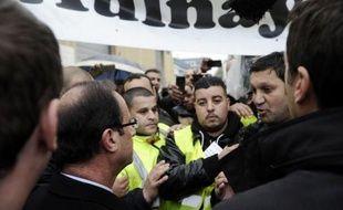 Plusieurs dizaines de salariés de l'usine PSA d'Aulnay-sous-Bois (Seine-Saint-Denis) manifestaient mercredi soir près du studio 107 où doit se tenir le débat entre les deux derniers candidats en lice pour l'élection présidentielle
