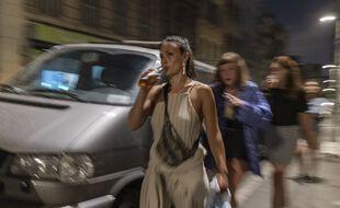 Des jeunes boivent une bière dans le quartier festif de la Plaine à Marseille