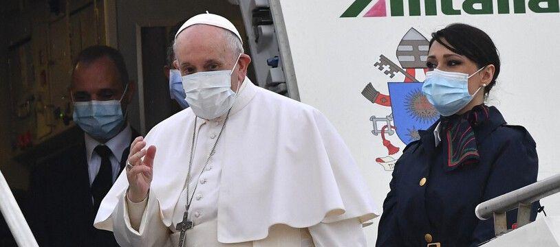 Le pape François au moment de prendre l'avion, à Rome, pour l'Irak, le 5 mars.