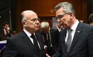 Les ministres de l'Intérieur français Bernard Cazeneuve (g) et allemand Thomas de Maizière  au Conseil européen à Bruxelles, le 20 novembre 2015