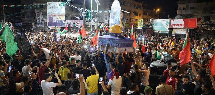 Des milliers de Palestiniens sont descendus dans la rue à Gaza pour célébrer l'entrée en vigueur du cessez-le-feu avec Israël le 21 mai 2021.